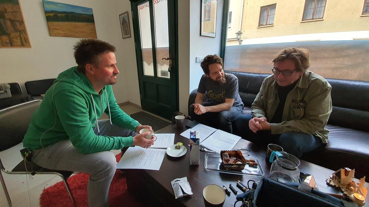 """Sascha (links) und Robert (Mitte) löchern Jörg """"Jockel"""" Riedel für EPISODE 3 - """"RATinn""""."""